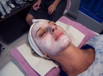 Masky, peelingy, masáž tváre